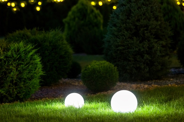 Garden lamp with sphere diffuser.